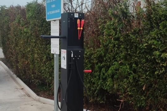O Concello de Padrón instala unha columna para reparación de bicicletas na área para caravanas da rúa Vila de Rianxo
